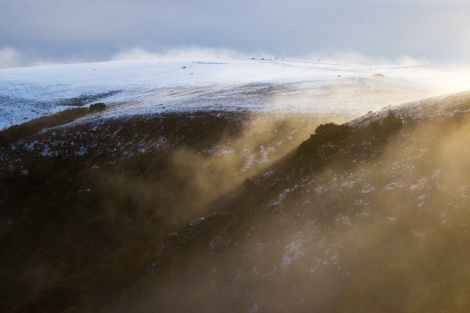 Nebelschwaden ziehen über die Berge